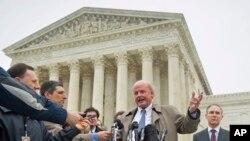 Michael Carvin, centre, avocat principal pour les pétitionnaires, parle à la journaliste devant la Cour suprême à Washington, le 4 Mars 2015.
