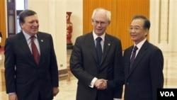 PM Tiongkok Wen Jiabao (kanan) bersama Presiden Uni Eropa Herman Van Rompuy (tengah) dan Presiden Komisi Eropa, Jose Manuel Barroso di Beijing (14/2).