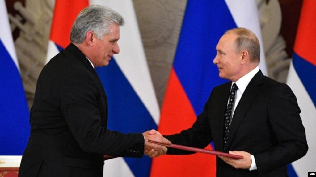 Tổng thống Nga Vladimir Putin (phải) bắt tay Tổng thống Cuba Miguel Diaz-Canel sau lễ ký kết ở Moscow ngày 2/11/2018.