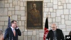 Ash Carter Kabil'deki temasları sırasında Afgan Cumhurbaşkanı Eşref Gani'yle de görüştü.