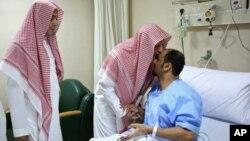 사우디아라비아 이슬람 성지 메디나에 있는 '예언자의 사원' 부원장이 4일 자폭테러 부상자의 이마에 입을 맞추고 있다.