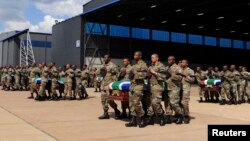 Tentara Afrika Selatan mengangkut jenazah 13 rekan mereka yang terbunuh di Republik Afrika Tengah dalam upacara di pangkalan militer Afsel di Pretoria (28/3).