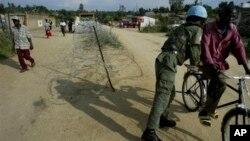 Fotografía de archivo del 6 de marzo de 2005 de un soldado de la ONU revisando a un ciclista en las calles de Bunia, República Democrática del Congo.