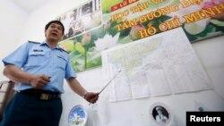 Đại tá Đỗ Đức Minh, Phó tham mưu trưởng quân chủng phòng không không quân, cạnh bản đồ khu vực tìm kiếm chuyến bay MH370 của hãng hàng không Malaysia bị mất tích.