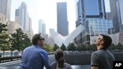 Des visiteurs au monument du 11 septembre, le 10 septembre 2016, à New York.