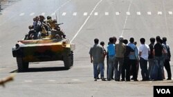 Tentara Kirgistan berkendaraan lapis baja mengamankan kota Osh, di Kirgistan selatan pasca kerusuhan berdarah, Jumat 11 Jun 2010.