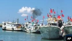 Lima kapal penangkap ikan Taiwan memrotes keputusan Mahkamah Arbritase Internasional hari Rabu (20/7).