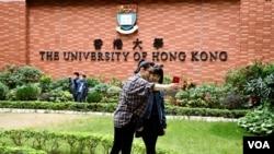 """香港大學校園成為很多中國訪港旅客""""打卡""""的熱點。(美國之音湯惠芸)"""