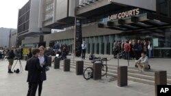 新西蘭傳媒守候在法庭外等待案件審理的消息。(2019年3月16日)