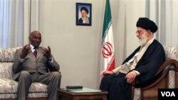 Ayatollah Khomeini (kanan) mengadakan pertemuan bilateral dengan Presiden Senegal Abdoulaye Wade (foto: dok)