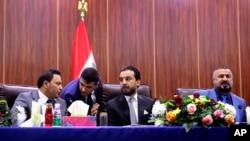 ARHIVA - Predsjednik Skupštine Iraka Mohamed al-Halbusi (u sredini) (Foto: AP/Nabil al-Jurani)