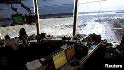 Một trạm kiểm soát không lưu ở sân bay quốc gia Reagan ở Washington, D.C.