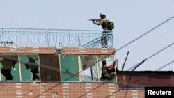 Tentara Afghanistan mengambil posisi di sebuah bangunan di penjara Jalalabad di mana militan ISIS bersembunyi Senin (3/8).