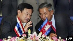 Cambodian Prime Minister Hun Sen, right, talks with former Thailand's Prime Minister Thaksin Shinawatra in Phnom Penh, file photo.