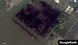 진바이하이 호가 정박한 난동 항. 석탄으로 추정되는 물질이 가득 쌓여있다. 구글어스 위성 사진.