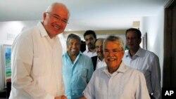 FILE - Saudi Arabia's Oil Minister Ali al-Naimi (r) shakes hands with Venezuela's Foreign Minister Rafael Ramirez, during a climate conference on Margarita Island, Venezuela, Nov. 5, 2014.