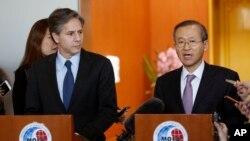 布林肯(左)與南韓副外長共同出席記者會