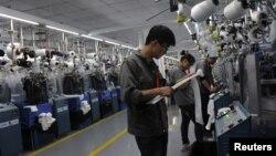 在中國浙江省一家紡織廠工作的工人 (資料照片)