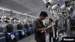 Công nhân dệt may tại nhà máy may mặc ở Gia Hưng, tỉnh Chiết Giang.