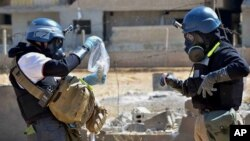 지난해 8월 시리아 화학무기 감시단이 다마스쿠스에서 샘플을 채취하고 있다.