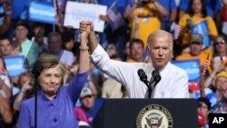 جو بایدن معاون رئیس جمهوری آمریکا (راست) و هیلاری کلینتون در گردهمایی حزب دموکرات در پنسیلوانیا - ۱۵ اوت ۲۰۱۶