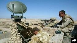 이라크 남부에서 영국 군 병사들이 레이다 기기를 사용하고 있다. (자료사진)