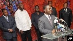 Firayim minista Guillaume Soro yana jawabi lokacin wata ganawa da shugaba Laurent Gbagbo (sanye da farar riga) da shugabannin jam'iyyun siyasa a fadar shugaban kasar a Abidjan
