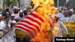 13일 방글라데시 수도 다카에서 성조기를 불태우며 시위를 벌이는 이슬람교도들