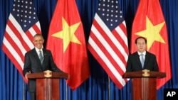 صدر اوباما ویتنام کے صدر کے ٹران ڈائی کوانگ کے ساتھ ہنوئی میں پریس کانفرنس سے خطاب کر رہے ہیں۔