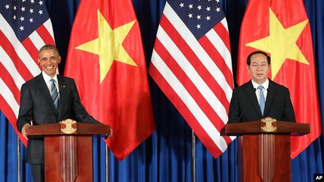 Tổng thống Obama loan báo quyết định dỡ bỏ hoàn toàn lệnh cấm vận vũ khí đối với Việt Nam trong cuộc họp báo chung với Chủ tịch nước Trần Đại Quang tại Hà Nội, ngày 23/5/2016.