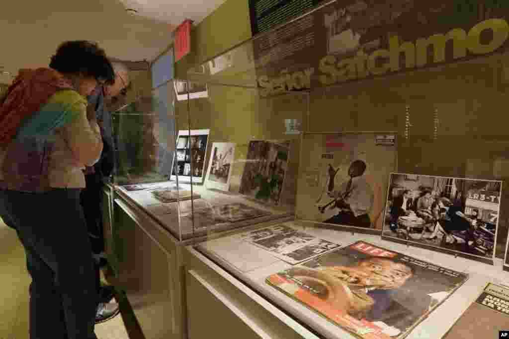Los visitantes recorren el museo de Louis Armstrong localizado en un vecindario de Queens, en Nueva York, en el marco de su décimo aniversario.