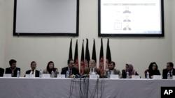 Afg'oniston mustaqil saylov komissiyasi raisi Ahmad Yusuf Nuristoniy (markazda) matbuot anjumani paytida, Kobul, 22-oktabr, 2013-yil