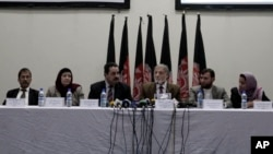 Independent Elections Commission chief Ahmad Yousuf Nuristani, center, speaks during a press conference in Kabul, Afghanistan, Oct. 22, 2013
