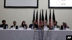 Ketua Komisi Pemilu Independen Afghanistan, Ahmad Yousuf Nuristani (tengah) memberikan keterangan pers di Kabul, Afghanistan (22/10)/