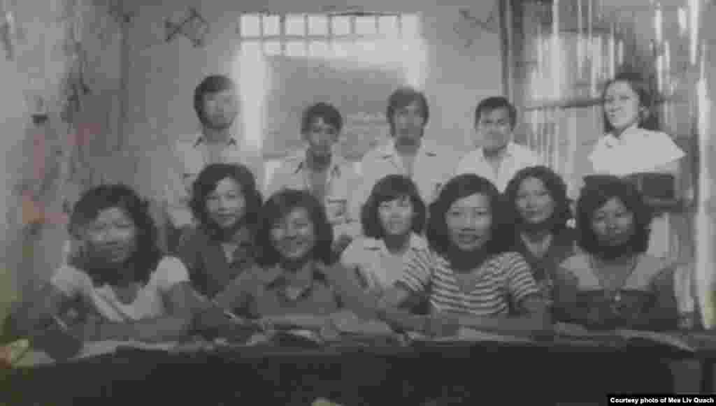 ក្នុងរូបថតនេះ អ្នកស្រី Maryane (ស្តាំបង្អស់ជួរលើ) ដែលជាគ្រូបង្រៀនភាសាបារាំង ថតរូបជាមួយកូនសិស្សមួយក្រុមដែលជាជនភៀសខ្លួនខ្មែរ រស់នៅក្នុងជំរំ Minh Tan 1 ប្រទេសវៀតណាម កាលពីឆ្នាំ ១៩៨៥។ ក្រៅពីរៀនភាសាអង់គ្លេស ជនភៀសខ្លួនខ្មែរខ្លះនៅជំរំនេះ ក៏បានរៀនភាសាបារាំង ដើម្បីត្រៀមខ្លួនសម្រាប់ការធ្វើអន្តោប្រវេសន៍ទៅប្រទេសបារាំង ដោយពួកគេសង្ឃឹមថានឹងបានទៅរស់នៅទីនោះជាមួយសាច់ញាតិរបស់ពួកគេ។ (រូបថតផ្តល់ឲ្យដោយលោក គួជ មាលីវ)