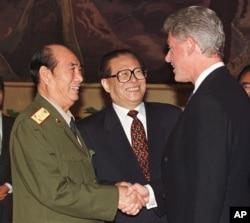 1998年6月27日,中国主席江泽民在北京的国宴之前向美国总统克林顿介绍中共军委副主席张万年上将。