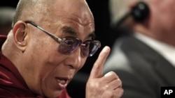 西藏流亡精神领袖达赖喇嘛4月25日在全球诺贝尔和平奖得主峰会后对媒体发表讲话