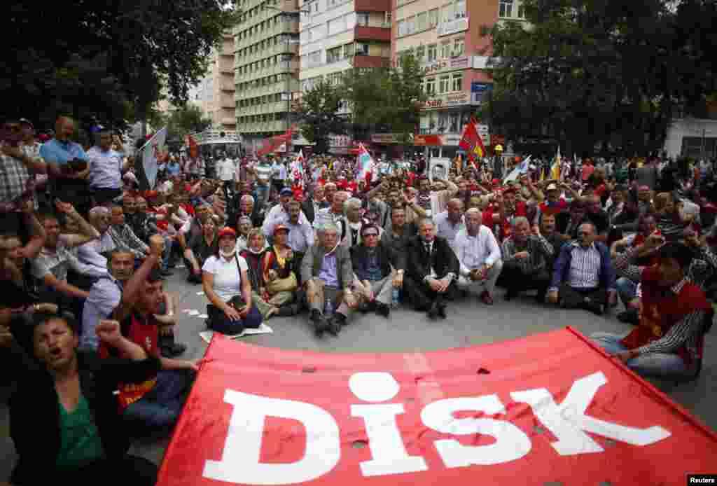 Para anggota Konfederasi Serikat-Serikat Dagang Revolusioner Turki (DISK) ambil bagian dalam demonstrasi di Ankara (17/6).