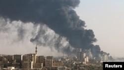 지난 9일 시리아 알레포의 반군 점령 시멘트 공장에서 검은 연기가 피어오르고 있다. (자료사진)