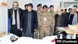 وزیرِ اعظم عمران خان کے دورۂ مظفر آباد کے موقع پر پاکستانی کشمیر کے حکام بھی ان کے ساتھ موجود ہیں۔