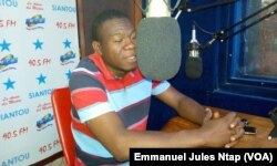 Dr Ndoudoumou, dans le studio d'une radio, pour expliquer les raisons de la grève des médecins du Cameroun, le 17 avril 2017. (VOA/Emmanuel Jules Ntap)