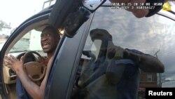 George Floyd, ambaye baadae alifariki akiwa anashikiliwa na polisi, akizungumza na afisa wa zamani wa polisi wa Minneapolis Thomas Lane wakati alipokamatwa. ..