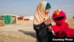 «المو» از شخصیتهای عروسکی «سسمی استریت» به دیدن یک دختر در اردوگاه پناهجویان می رود