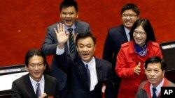 Ông Su Jia-chyuan (giữa), Chủ tịch mới của cơ quan lập pháp Đài Loan. Đảng Dân Tiến DPP về mặt lịch sử là lực lượng chống Trung Quốc, lần đầu tiên đã kiểm soát Quốc hội Đài Loan.