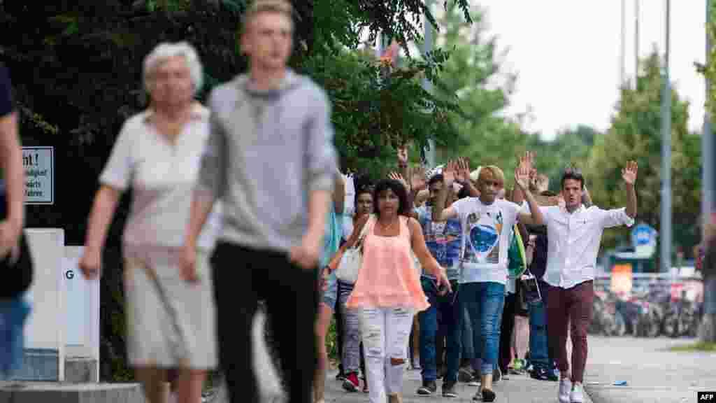 Des personnes évacuées d'un centre commercial après une fusillade, le 22 juillet 2016 à Munich.