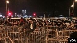 示威者築起鐵馬陣阻止警方清場 (美國之音 湯惠芸攝)