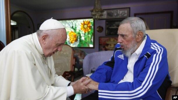 Đức Giáo hoàng Francis nắm tay ông Fidel Castro tại Havana, Cuba.