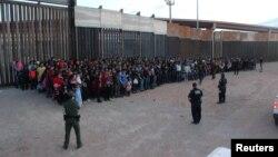 미 국경수비대원들이 지난달 미국 불법국경을 시도하려는 중남미 이민자들을 감시하고 있다.