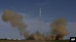 2013年中國在酒泉衛星發射中心發射長征二號F型火箭。