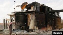 Suriyaning Raqqa viloyatida havo hujumiga uchragan neftni qayta ishlovchi zavod